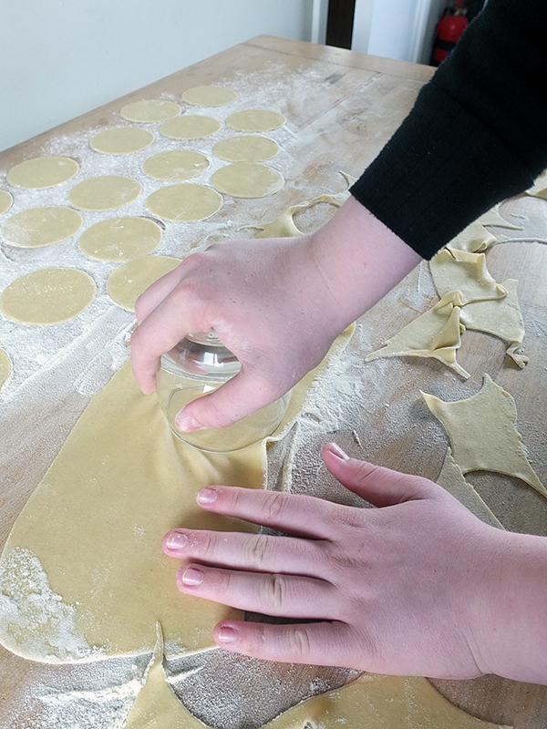 Making curgurliones, traditional Sardinian ravioli