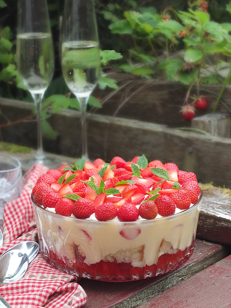 Perfect for summer, this strawberry Prosecco trifle recipe features strawberry jelly, Prosecco-soaked strawberries, homemade Madeira sponge cake, custard and sweetened whipped cream. #prosecco #trifle #strawberryrecipe #elizabethskitchendiary