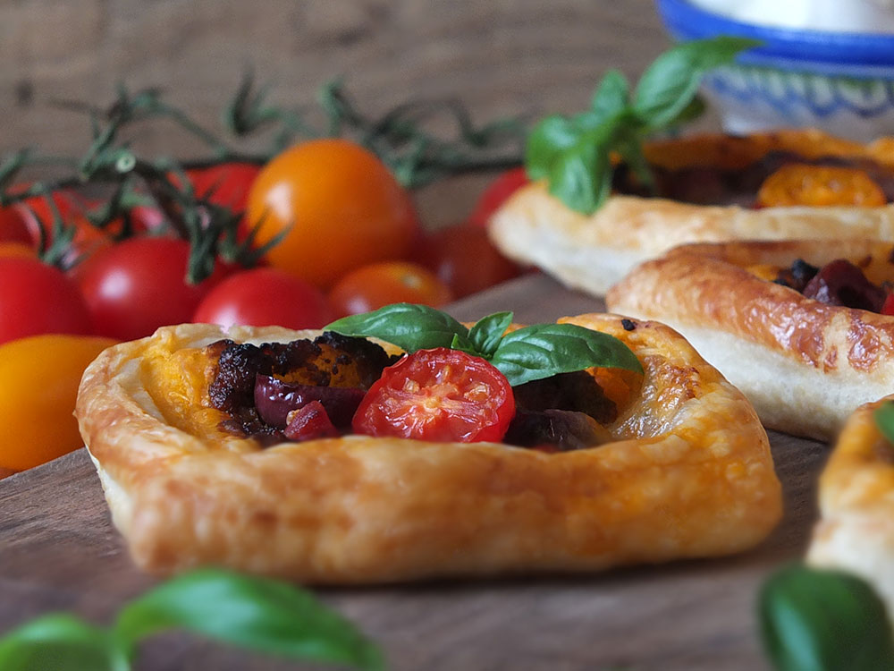 Sun-dried Tomato Pesto & Mozzarella Tarts are a perfect midweek/school day dinner. #pesto #puffpastry